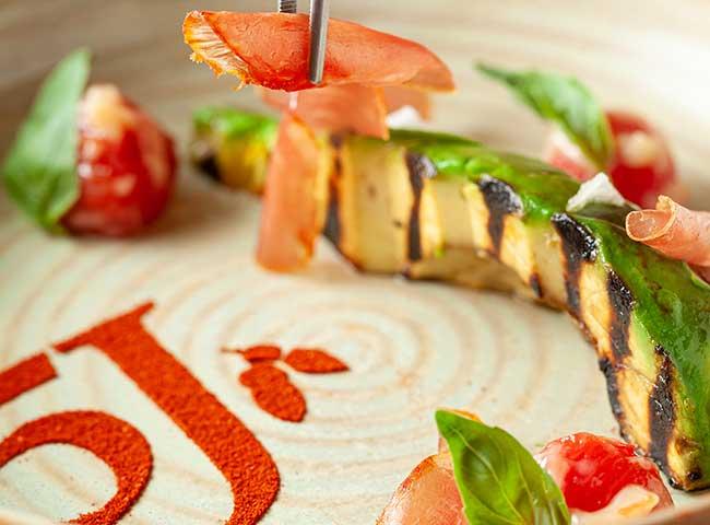 Receta Aguacate a la brasa con tomates confitados y virutas de caña de lomo 100% ibérica de Cinco Jotas