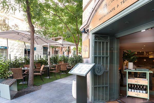 Terraza del restaurante 5 Jotas Serrano